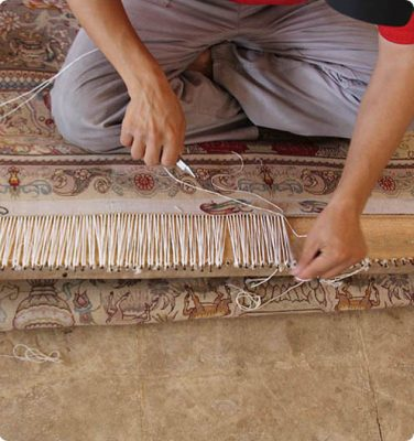ریشه ی فرش یکی قسمت های مهم فرش در زیبایی و ظاهر فرش می باشد . یکی از دغدغه های افراد برای شستشوی فرش ازبین رفتن ریشه های فرششان در شستشو و به مرور زمان می باشد.